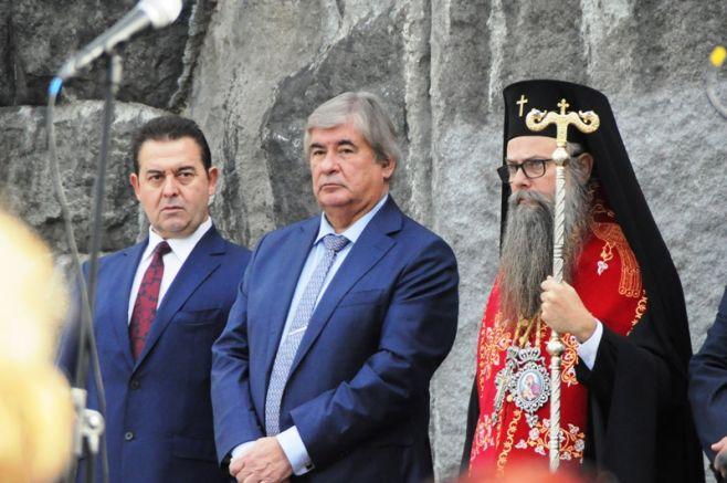 """Руският посланик и дядо Николай честват 60 години от издигането на """"Альоша"""", снимка: """"Под тепето"""""""
