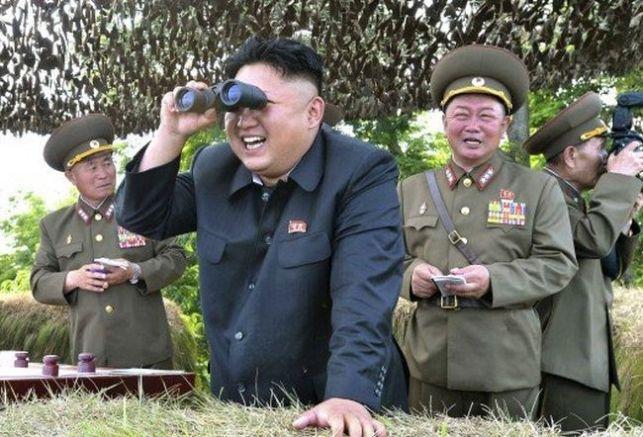 Другарят Ким наблюдава къде ще падне бомбата