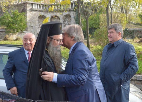 Целувка между дядо Николай и посланик Макаров, под зоркия поглед на Гергов, снимка: plovdivskinovini.com