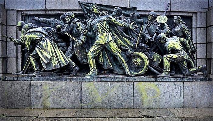 Фрагменти от паметника на окупатора в София
