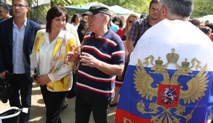 Нинова обича да позира с русофили обвити с руското знаме