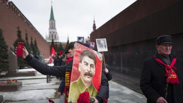 Все още има млади хора, които развяват лика на Сталин и пропагандират кошмара на социализма