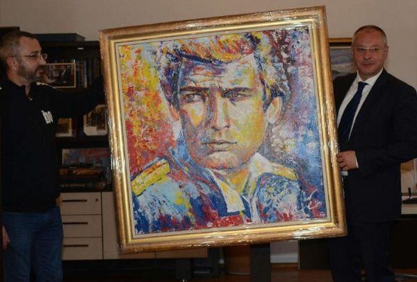Санишев показва картината рисувана от пиара на БСП Валентин Кардамски, снимка: Канал3
