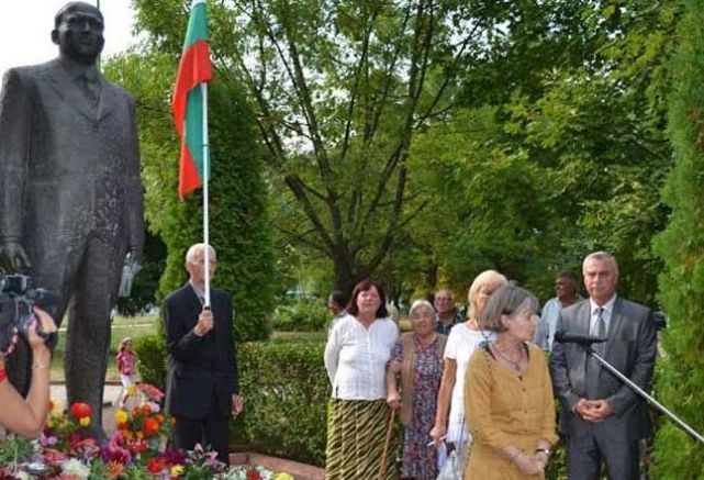 Искра Баева, бивш член на БКП и БСП, държи реч на честването на 100-годишнината от рождението на Тодор Живков в Правец през 2011 г., а днес манипулира събития отпреди 29 години в учебниците по история, Снимка: desebg.com.