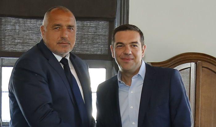 Приятелско ръкостискане между Борисов и Ципрас
