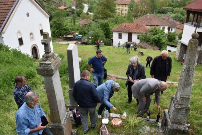 Поклонение пред гробовете на избити български войници