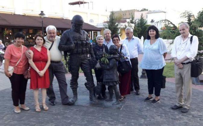 Червената делегация гордо се снима пред паметника на руския окупатор