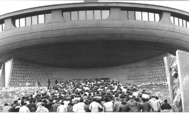 Откриването на паметника - тълпа от комунисти поклоници се стичат от цялата страна