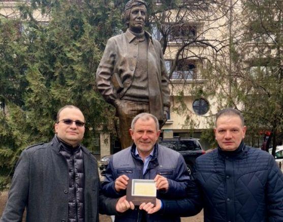 """""""Групата за натиск"""" пред паметника на Георги Марков"""