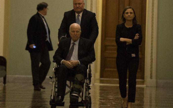 Една от последните снимки на сенатор Маккейн в инвалидна количка