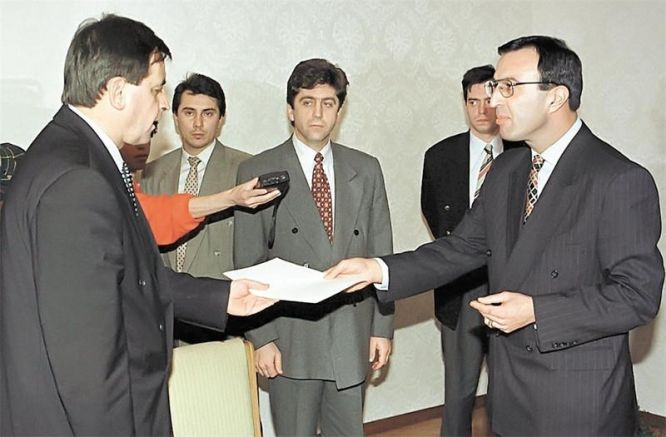 Добрев връчва на президента Стоянов отказ да състави второ правителство на БСП