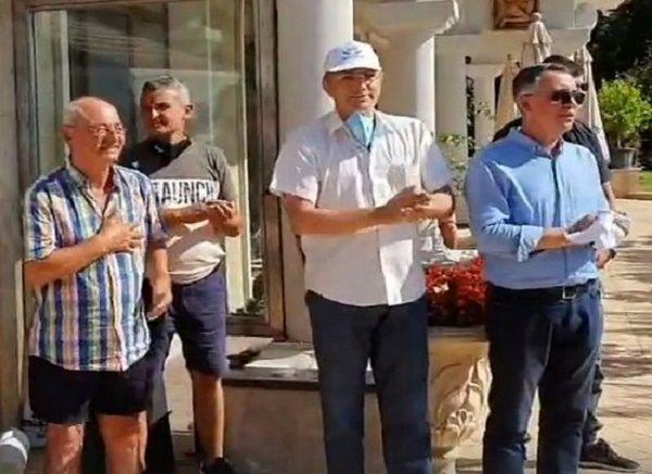 Доган поздравява протестиращите пред сараите си в Росенец