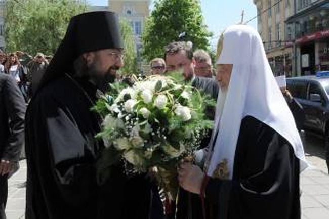 Прогонения от Сафия Филип поднася цветя на Кирил