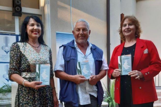 Мариана Праматарова (вляво) и Силвия Колева представиха новата книга на поета Константин Корадов