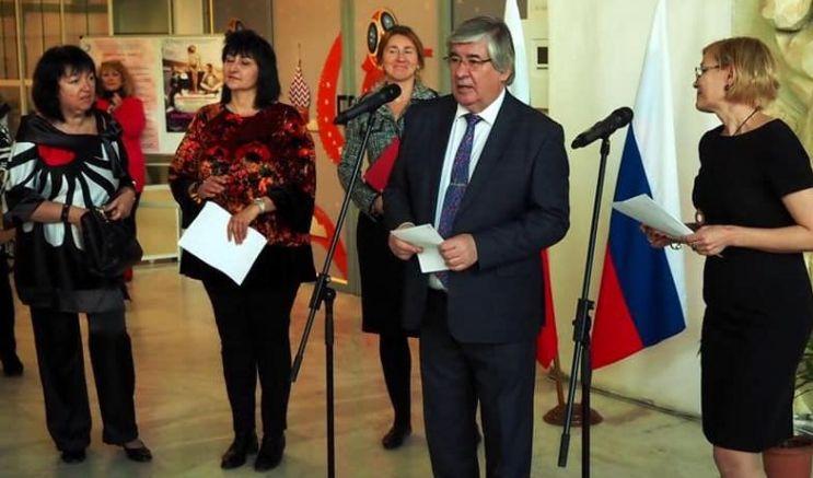 Посланник Макаров открива изложбата в присъствието на Снежана Тодрова и Ваня Добрева
