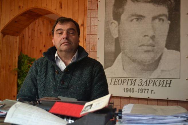 Лъчезар Заркин пред портрета на своя баща