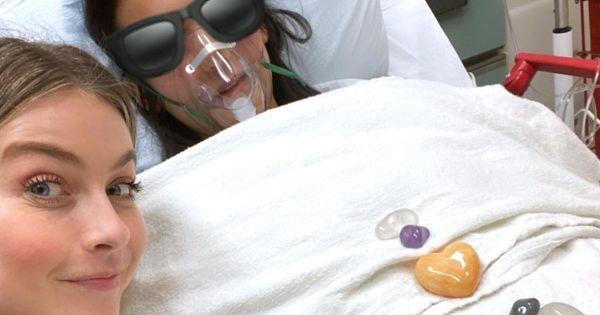 Нина Добрев с Джулиан Хъф в болницата