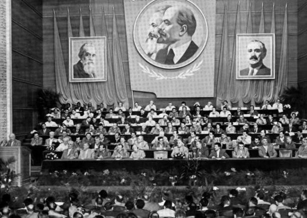 До реализирането на идеята на Живков все пак не се стига, тъй като съветският лидер Никита Хрушчов (най-вляво на трибуната) не го задейства | Снимка: lostbulgaria.com.
