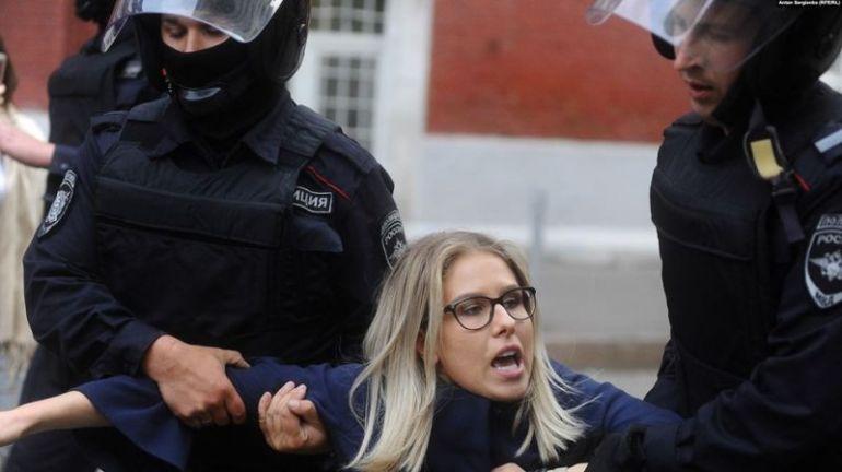 Полицията в Москва влачи по асфалта най-известната опозиционерка  в руската столица,