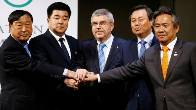 Томас Бах с представители на Северна и Южна Корея. Снимка: Ройтерс