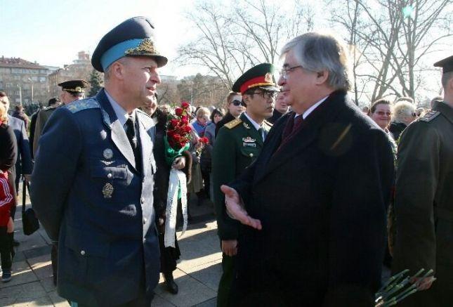 Натовския генерал пред паметника на окупатора на България