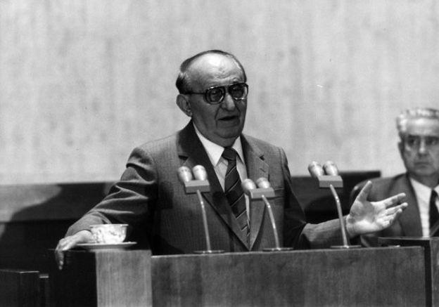 На снимката генералният секретар на ЦК на БКП Тодор Живков се оттегля от властта на 10 ноември 1989 г. | Снимка: БТА.