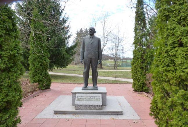 Паметникът на Тодор Живков в Правец