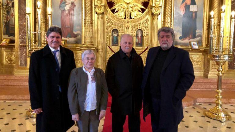 """Вежди Рашидов (вдясно) и негови събеседници в църква """"Свети Стефан"""" в Истанбул"""