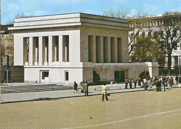 мавзолеят на Георги Димитров, който днес вече не съществува
