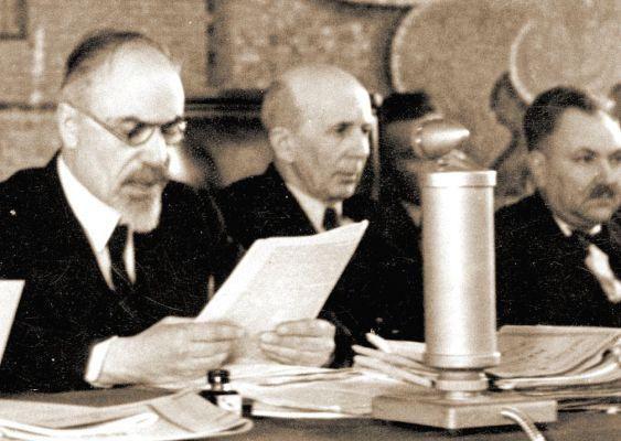 Първи състав на Народния съд в София. Отляво надясно: Стефан Манов и председателят Богдан Шулев