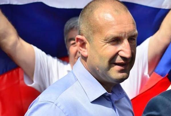 Румен Радев е щастлив на фона на руското знаме
