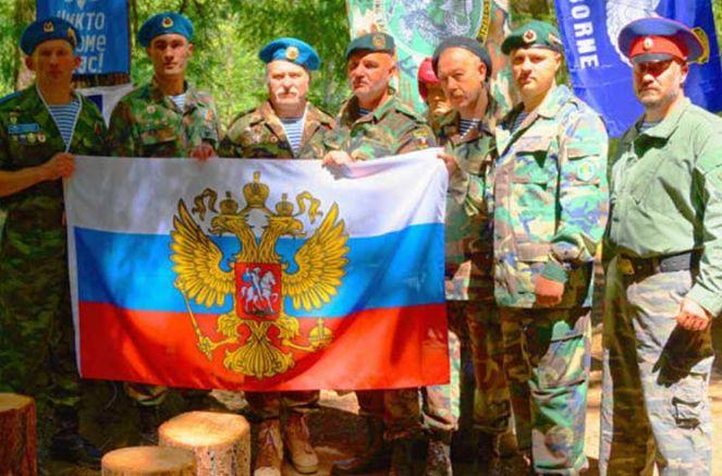 Спецназовци от ГРУ развяват руското знаме в лагер край Орегон